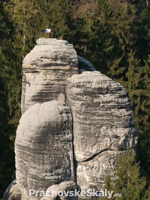 Prachovské skály - vlaječka umístěná horolezci na vrcholu skály