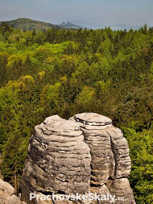 Vzhled z Prachovských skal na hrad Trosky