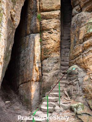Prachovské skály - schodiště ve skalní průrvě